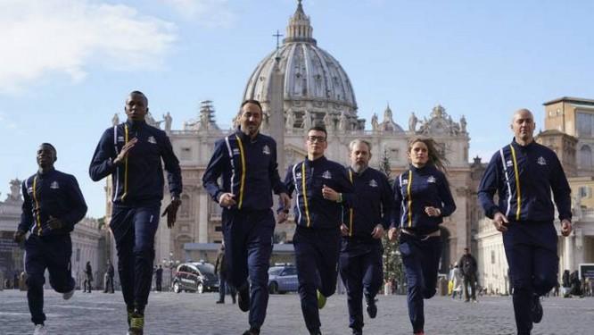 Atletas da equipe de atletismo do Vaticano correm em frente à Basílica de São Pedro Foto: Andrew Medichini/AP