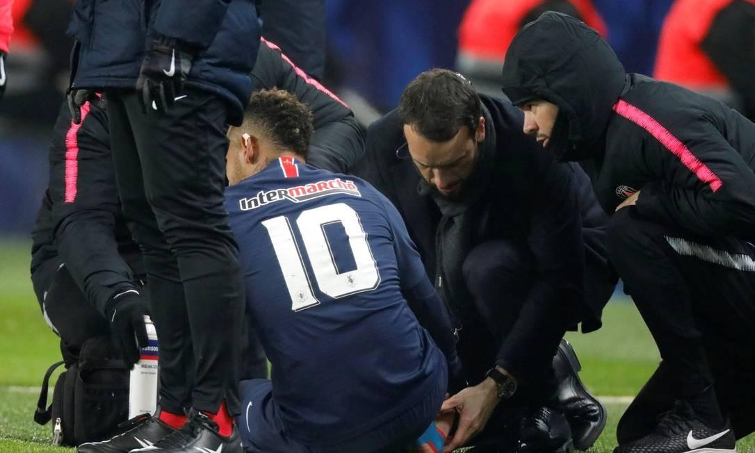 Em janeiro de 2019, o craque sofre a última lesão: com as entradas de Zemzemi, Neymar torceu novamente o pé direito, que já tinha sido lesionado no início de 2018. A contusão não afetou o parafuso colocado no mesmo local (o quinto metatarso) em cirurgia realizada no ano passado. Atleta continua em tratamento e só deve voltar a jogar em abril. Foto: Reuters
