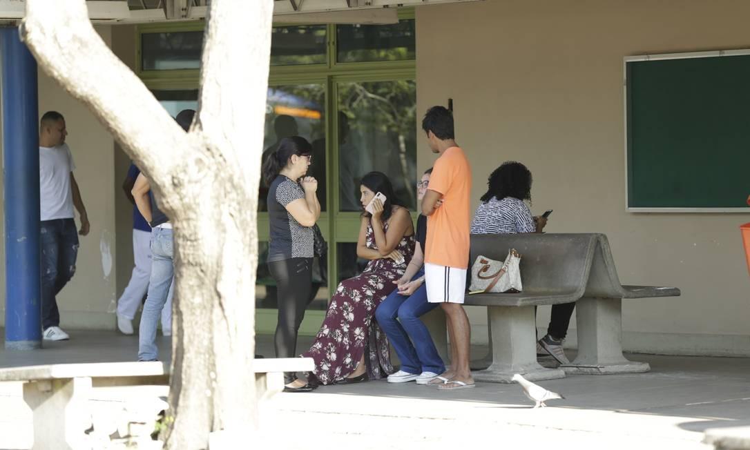 Empresária do jogador Cauã, ao telefone, acompanha atleta na porta do hospital Lourenço Jorge. Foto: Gabriel Paiva / Gabriel Paiva