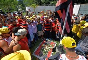Fãs prestam homenagem aos mortos no incêndio, na frente do CT do Flamengo Foto: CARL DE SOUZA / AFP