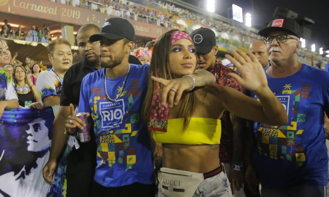 Neymar, Gabriel Medina e a cantona Anitta em camarote na Marquês de Sapucaí. Foto: Alexandre Cassiano / Agência O Globo