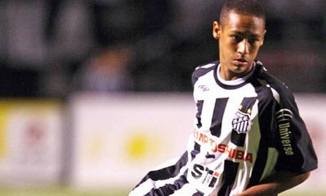 Em 2009, aos 17 anos, Neymar faz sua estreia no futebol profissional pelo Santos, sob o comando do técnico Vagner Mancini, no estádio Pacaembu. Maior promessa das categorias de base, ele já tinha renovado seu contrato até 2014 Foto: Reprodução