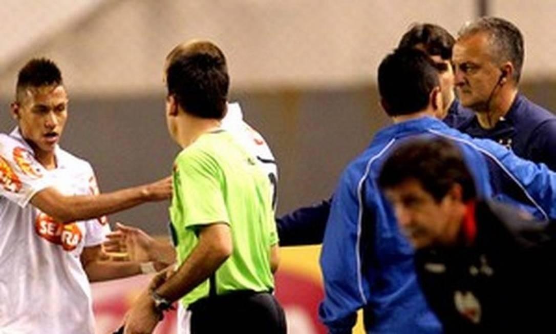 """Neymar x Dorival Júnior: primeira grande polêmica da carreira do jogador. Foi em 2010, quando o atacante ainda dava os primeiros passos da carreira no Santos. Ele ficou insatisfeito quando o técnico determinou que outro jogador (Marcel) cobrasse pênalti em jogo contra o Atlético-GO. Ficou famosa declaração de René Simões: """"Estamos criando um monstro"""". Foto: AE"""