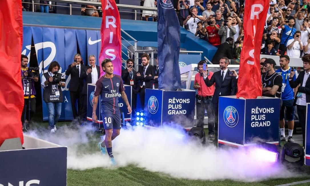 Em 5 de agosto de 2017, antes de a bola rolar para o confronto entre o Paris Saint-Germain contra o Amiens, pela primeira rodada do Campeonato Francês, Neymar, o novo camisa 10 do clube, apareceu no campo e foi apresentado à torcida, que lotou o Parque dos Príncipes para ver o ídolo. Ele não jogou. Foto: EFE/EPA/CHRISTOPHE PETIT TESSON