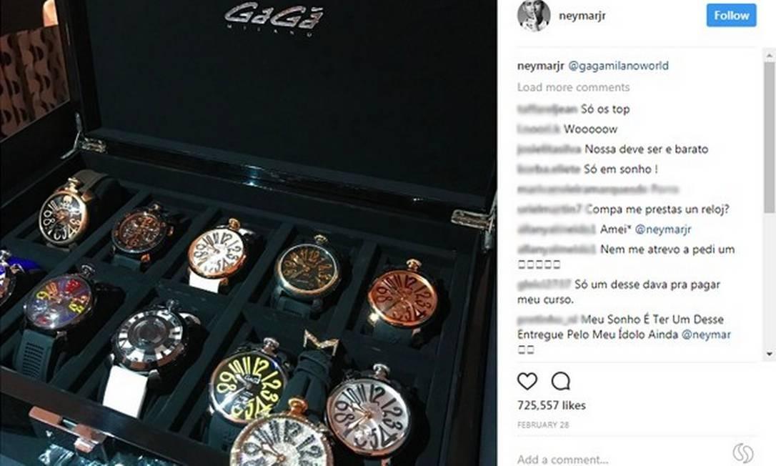 Neymar é pura ostentação. De acordo com o site de negócios Business Insider, pouco antes da Copa do Mundo de 2014, Neymar entrou aleatoriamente em uma loja da grife GaGá Milano em Tóquio e gastou 20 milhões de ienes (cerca de R$ 560 mil) em 16 relógios e alguns acessórios. Ele tem coleção de relógios. Foto: Reprodução instagram / Reprodução instagram