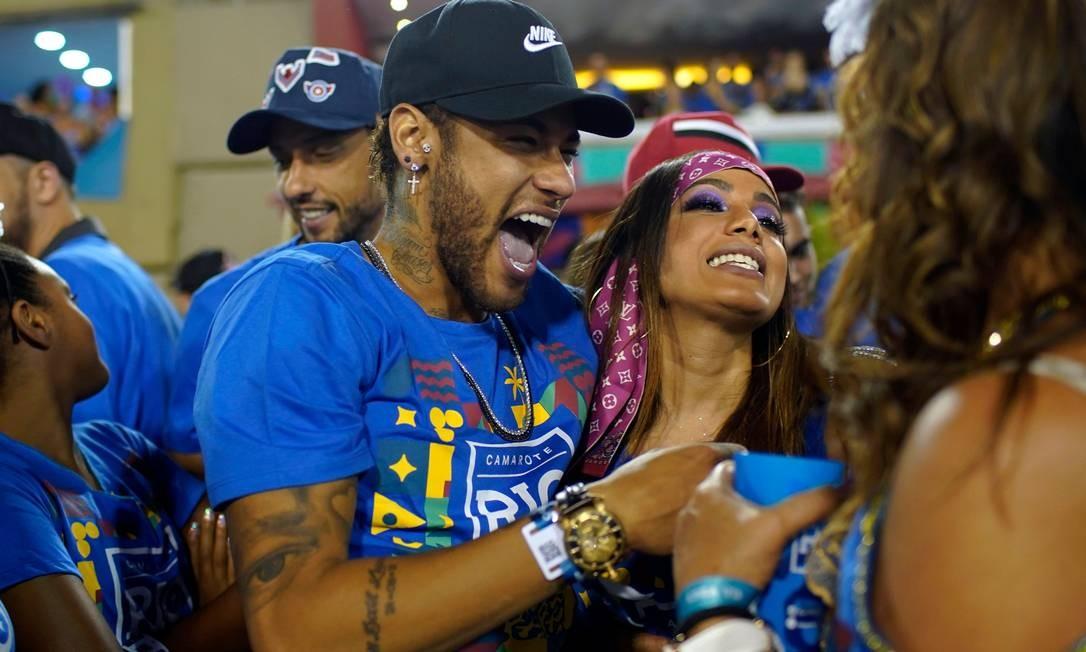 """Mesmo machucado no pé, Neymar curte o Carnaval no Brasil. Primeiro """"dançou até o chão"""" em camarote em Salvador. Depois circulou com Anitta pela Sapucaí. Os dois teriam trocado beijos em área reservada em um camarote no Rio. Foto: MAURO PIMENTEL / AFP"""