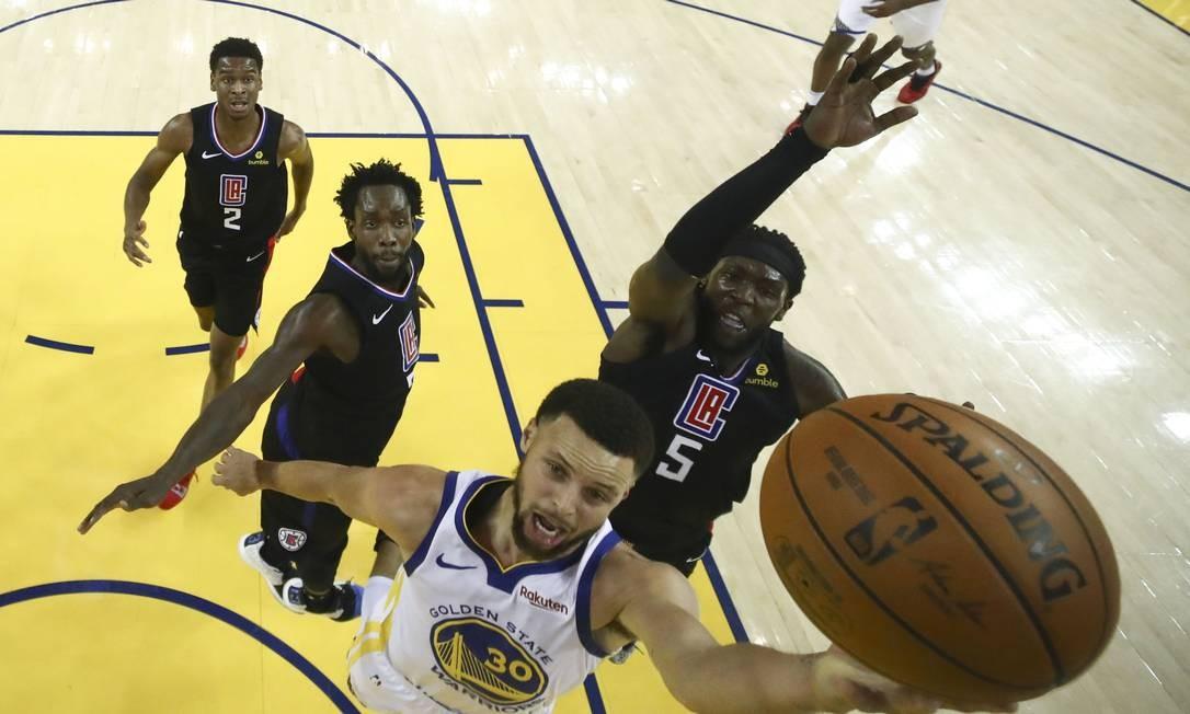 Stephen Curry fez jogo impecável e se tornou o maior cestinha da história da pós-temporada em bolas de três convertidas Foto: Ezra Shaw / USA TODAY Sports