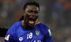 Bafetimbi Gomis comemora gol do Al-Hilal, que colocou equipe na semifinal do Mundial de Clubes Foto: KAI PFAFFENBACH / REUTERS