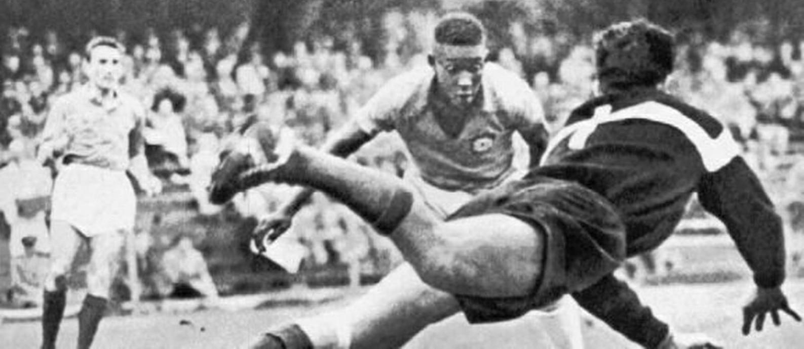 Pelé divide a bola com o goleiro francês Abbés na semifinal da Copa de 1958, quando 'explodiu' Foto: Reprodução