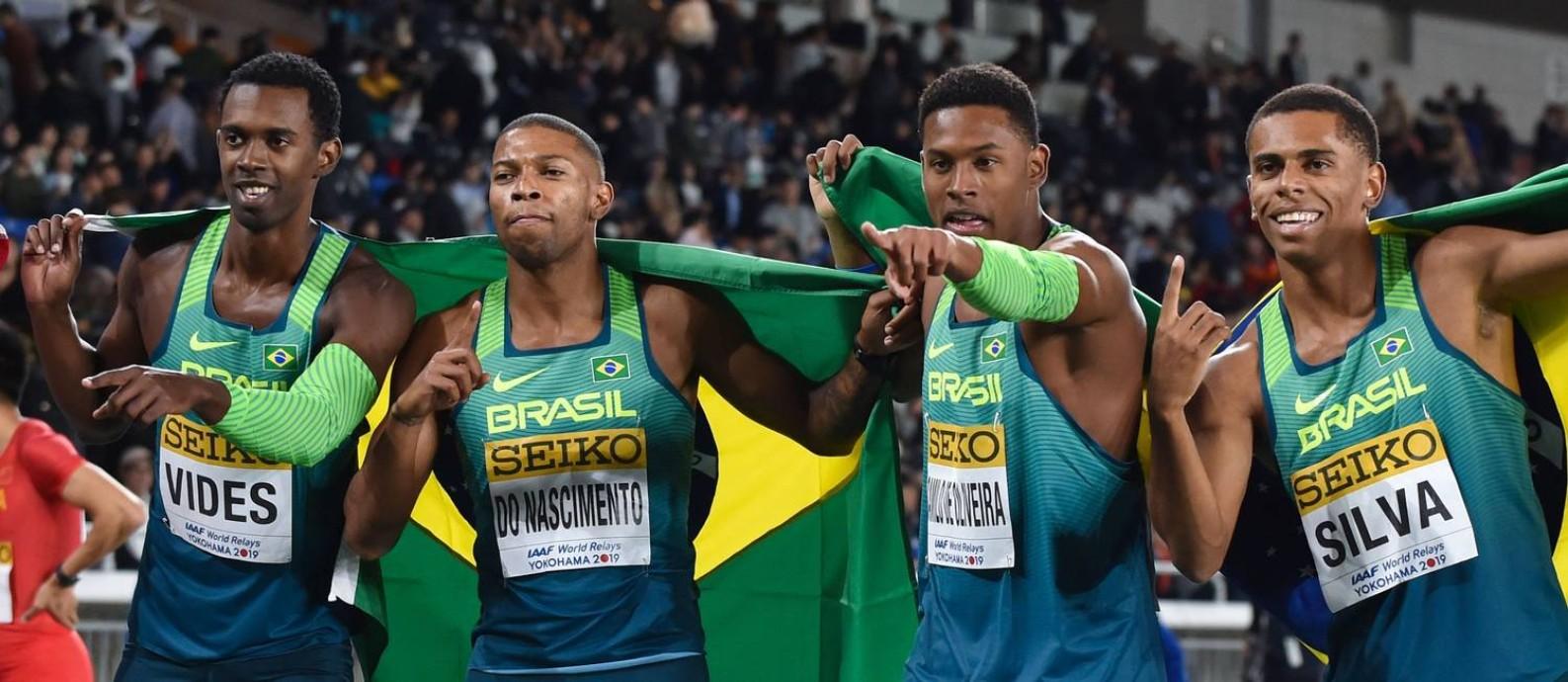 Time do Brasil campeão Mundial no Japão: Paulo André (terceiro da esquerda para direita) é o único que já correu os 100 metros abaixo dos 10 segundos. Foto: KAZUHIRO NOGI / AFP