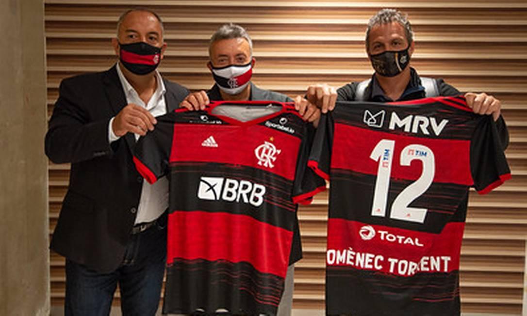 Domènec, na chegada ao Flamengo, ao lado de Marcos Braz, vice-presidente de futebol do clube, e Bruno Spindel, direror de futebol Foto: Divulgação Flamengo