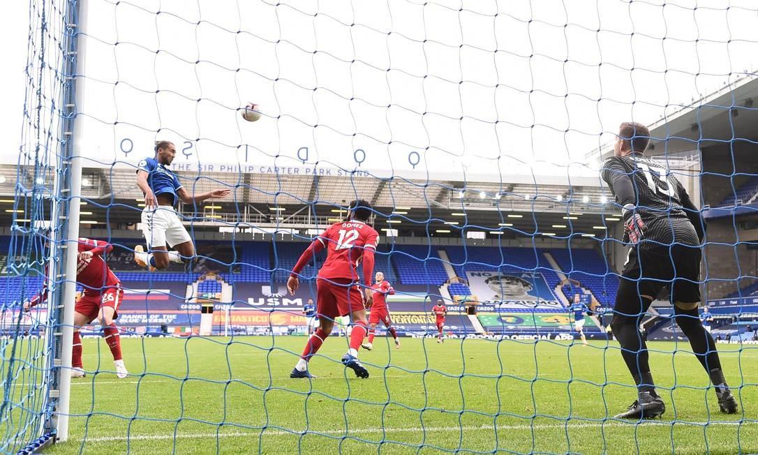 Dominic Calvert-Lewin marca o segundo gol do Everton, no clássico contra o Liverpool Foto: LAURENCE GRIFFITHS / Pool via REUTERS