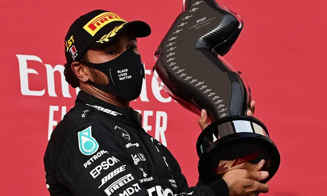 Lewis Hamilton comemora título em Ímola, com troféu em homenagem a Ayrton Senna Foto: MIGUEL MEDINA / Pool via Reuters