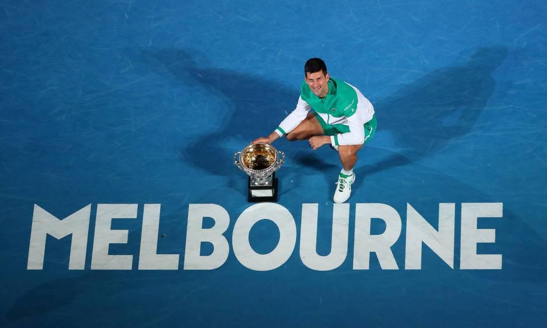 Novak Djokovic comemora título no primeiro Grand Slam da temporada Foto: KELLY DEFINA / REUTERS