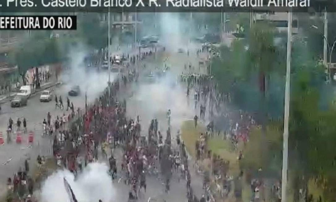 PM usa bomba de gás lacrimogêneo para dispersar torcedores Foto: Reprodução Globonews