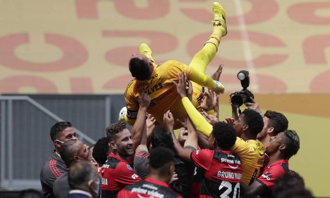 Jogadores comemoram título jogando Diego Alves para o alto: goleiro pegou três pênaltis na decisão da Supercopa Foto: UESLEI MARCELINO / REUTERS