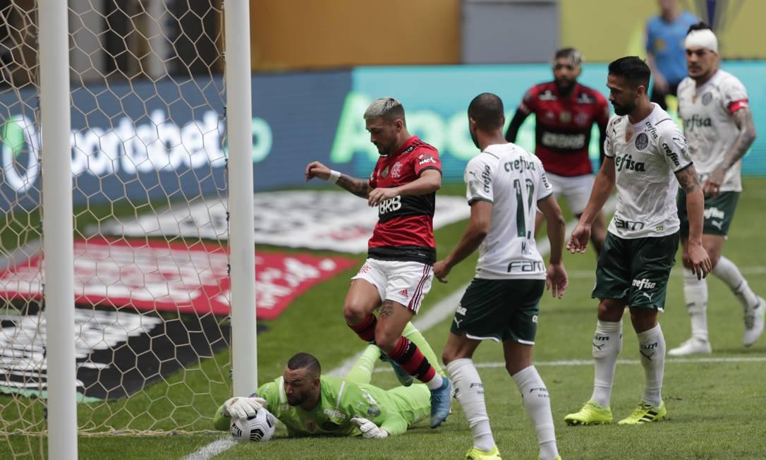 Goleiro Weverton defende lance de Arrascaeta: bola na linha Foto: UESLEI MARCELINO / REUTERS