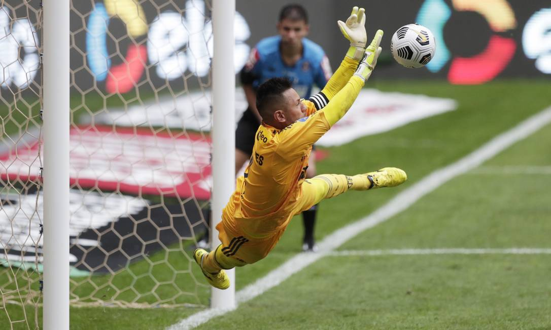 Diego Alves pega pênalti na decisão: foram três importantes defesas Foto: UESLEI MARCELINO / REUTERS