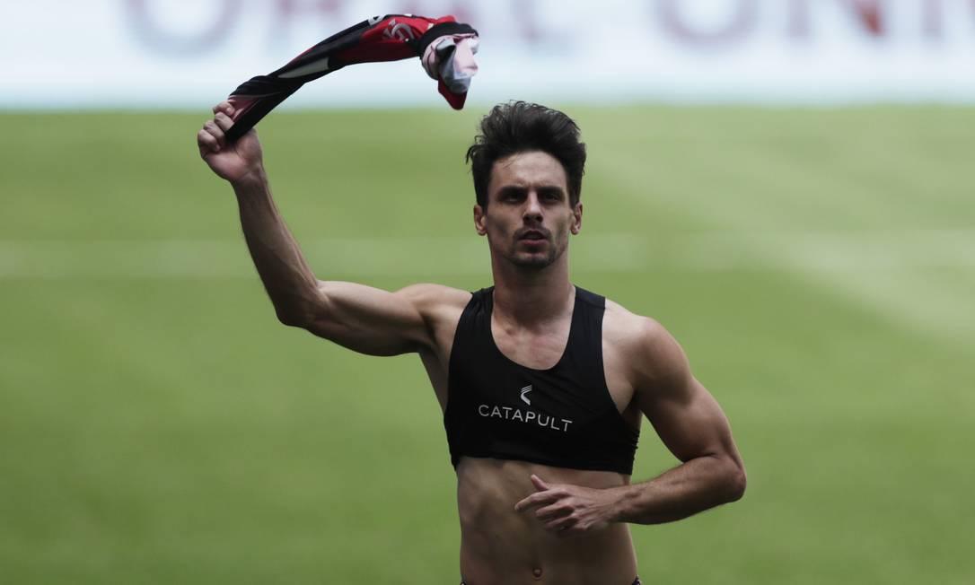 Rodrigo Caio, do Flamengo, marca último pênalti na decisão Foto: UESLEI MARCELINO / REUTERS