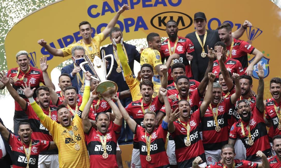Jogadores comemoram mais uma taça: oito em dois anos Foto: UESLEI MARCELINO / REUTERS