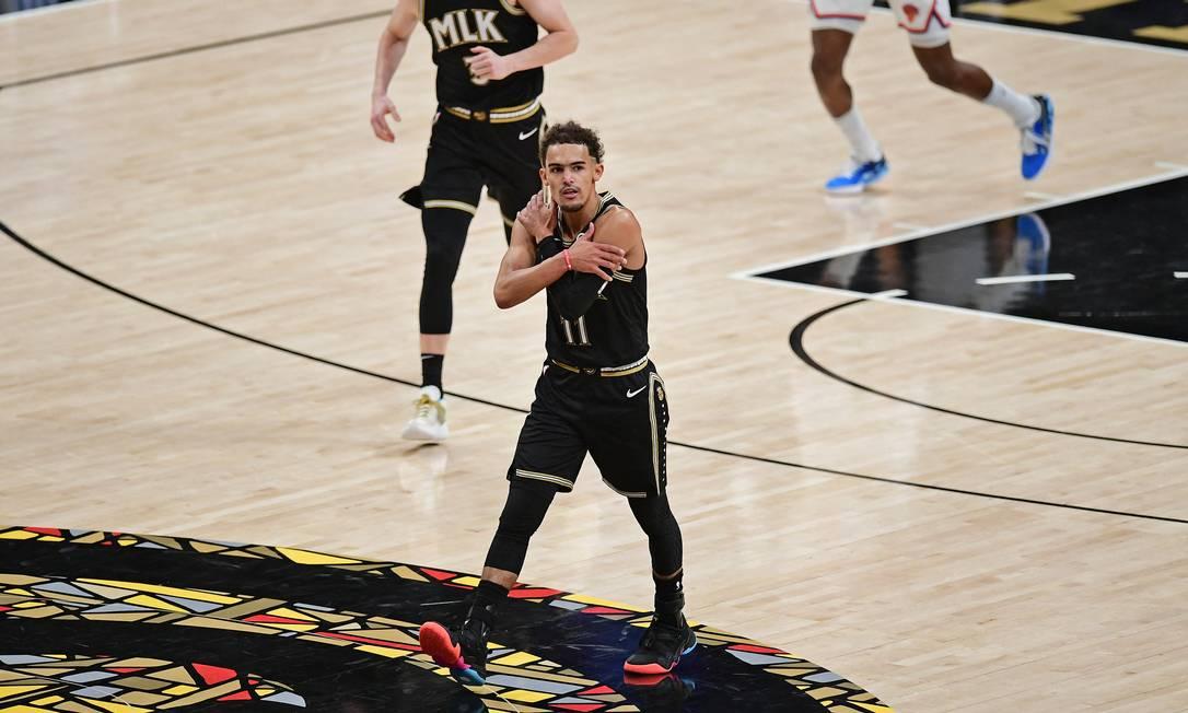 """Trae Young fazendo uma de suas comemorações, """"Ice Trae"""", contra o New York Knicks Foto: ADAM HAGY / Getty Images via AFP"""