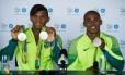Isaquias Queiroz e Erlon de Souza mostram suas medalhas