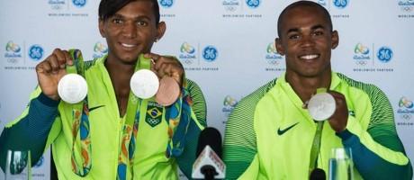 Isaquias Queiroz e Erlon de Souza mostram suas medalhas Foto: GE/Marcelo Maragni