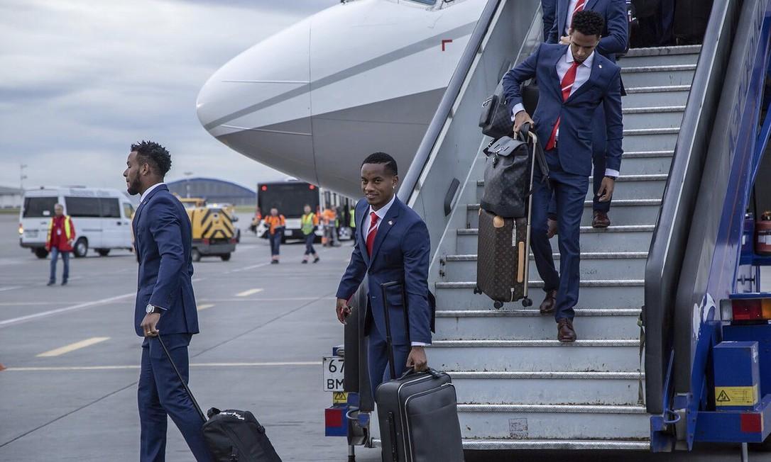 O modelo do Peru não abandonou o azul marinho, mas teve um detalhe na gravata vermelha e branca, fazendo alusão à bandeira do país. Divulgação/FIFA