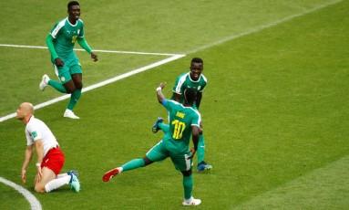 Senegal comemora o primeiro gol contra a Polônia Foto: KAI PFAFFENBACH / REUTERS