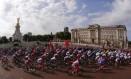 Ciclistas passam em frente ao Palácio de Buckingham no início da prova de estrada nos Jogos Olímpicos de Londres Foto: Stefano Rellandini / Reuters