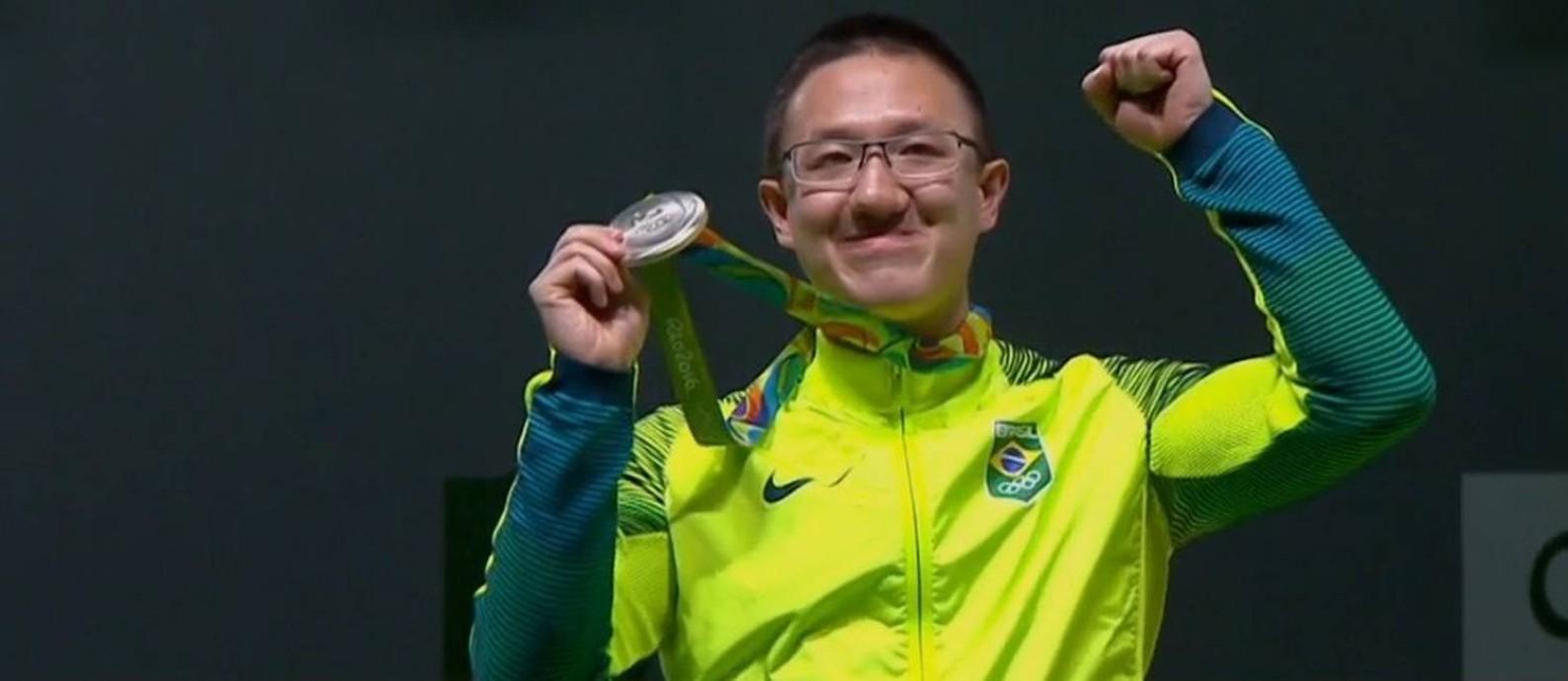 Felipe Wu celebra a conquista da prata. Atleta do tiro esportivo foi o primeiro brasileiro a subir ao pódio nos jogos do Rio Foto: Reprodução