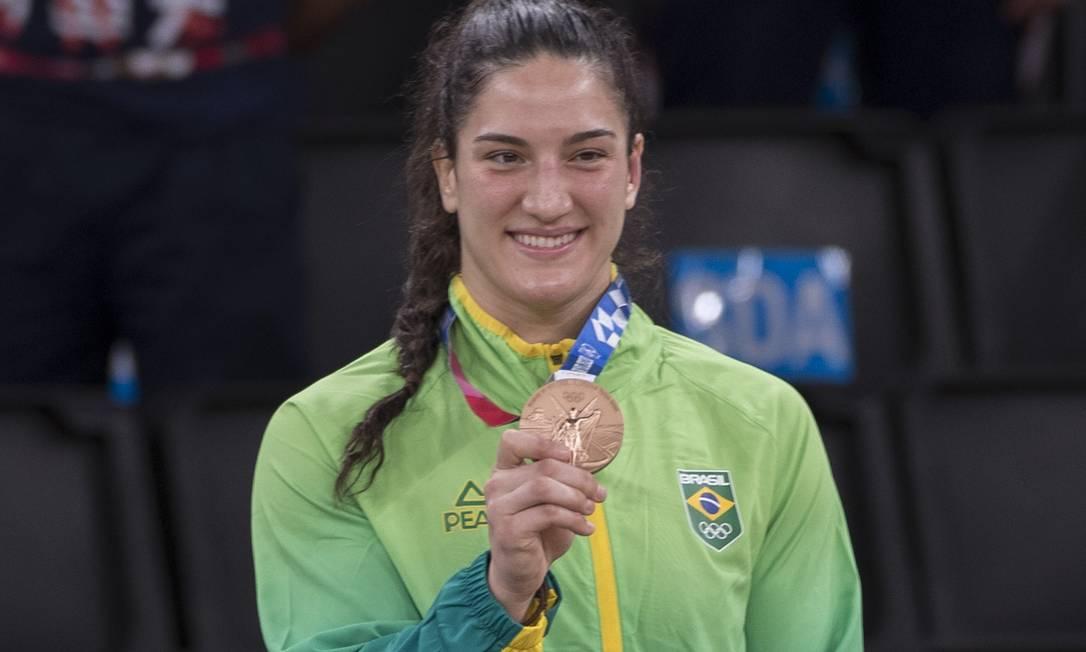 Mayra Aguiar com a medalha de bronze que ganhou na categoria até 78kg nos Jogos de Tóquio. Foto: Júlio César Guimarães/COB