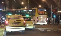 Ônibus fazem bandalha em Copacabana Foto: Foto enviada pelo leitor Eduardo Atab Junior para WhatsApp do GLOBO / Eu-Repórter