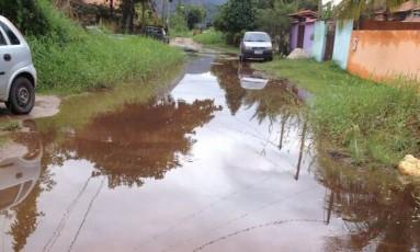 Vazamento de água no bairro Rio do Ouro Foto: Foto enviada pelo leitor para o WhatsApp do GLOBO / Eu-Repórter