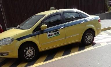 O táxi estacionado irregularmente Foto: Eu-Repórter / Leitor José Carlos Magalhães
