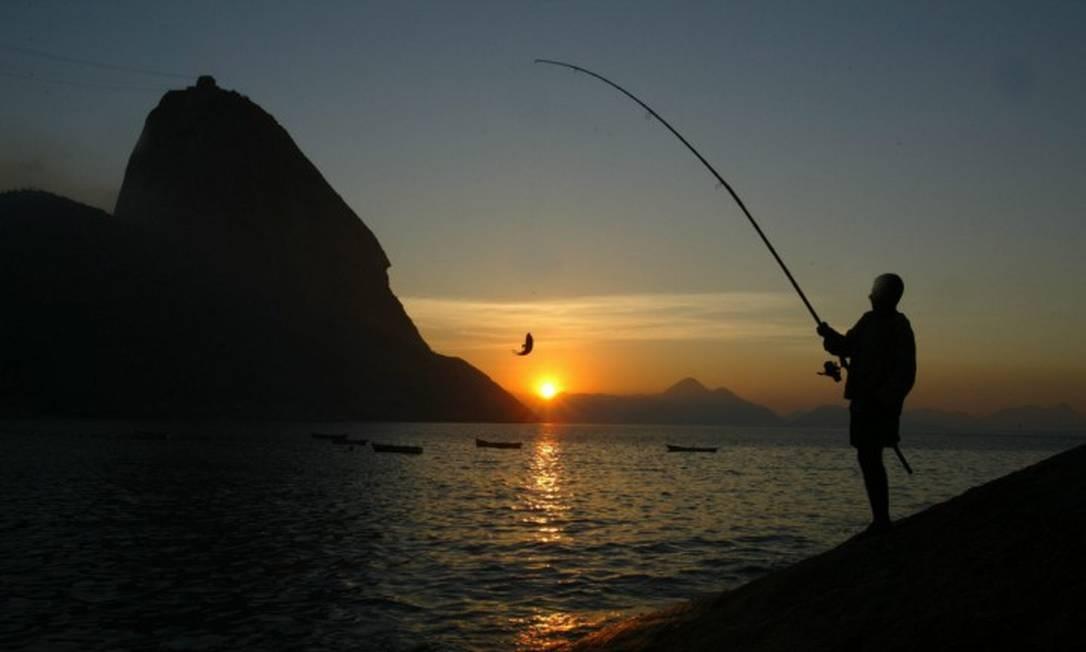 """Pesca na Praia Vermelha / """"BOM TEMPO"""" - Vou que vou / Pela estrada que dá numa praia dourada / Que dá num tal de fazer nada / Como a natureza mandou Foto: Custódio Coimbra / Agência O Globo"""