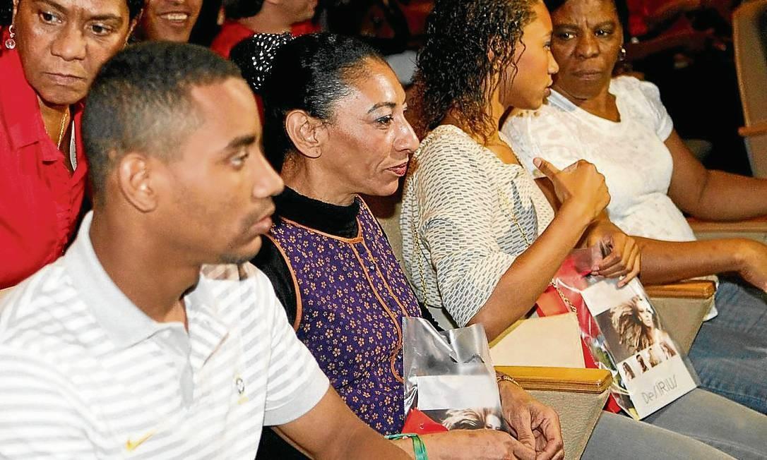 Reviravoltas na vida. Elizabete no desfile do filho: alegrias depois da tristeza com o desaparecimento do marido Foto: Marcelo Piu / Marcelo Piu/16-9-2013