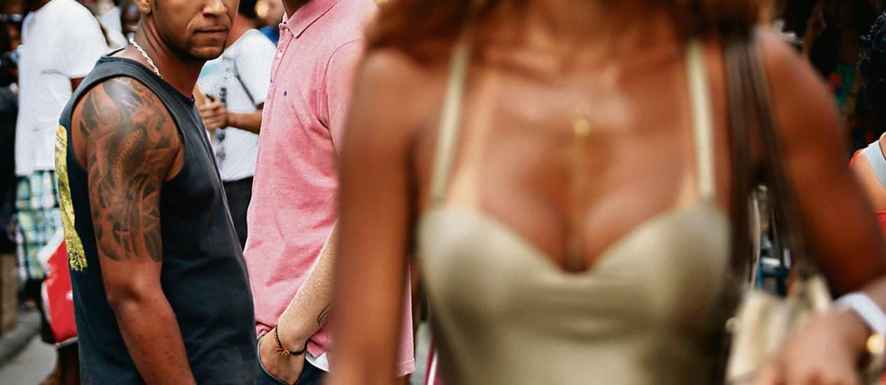 """Elaine Ribeiro na Saara: acostumada a receber cantadas por onde passa, só detesta ouvir a clássica """"queria uma dessas lá em casa"""" Foto: Agência O Globo / Paula Giolito"""
