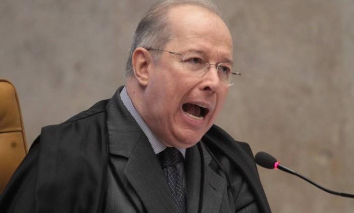 Ministro Celso de Melo vota sobre a validade dos embargos infringentes Foto: André Coelho/ O Globo
