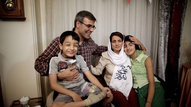 A advogada iraniana Nasrin Sotoudeh já em casa, com o marido, Reza Khandan, e os filhos: ela havia sido presa em 2010 Foto: BEHROUZ MEHRI / AFP