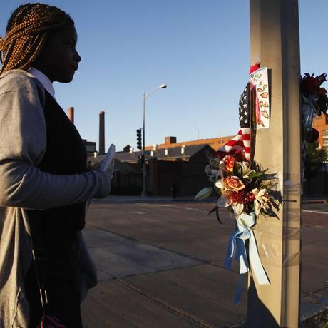 Mulher observa memorial em homenagem às vítimas do massacre, em Washington Foto: JONATHAN ERNST / REUTERS