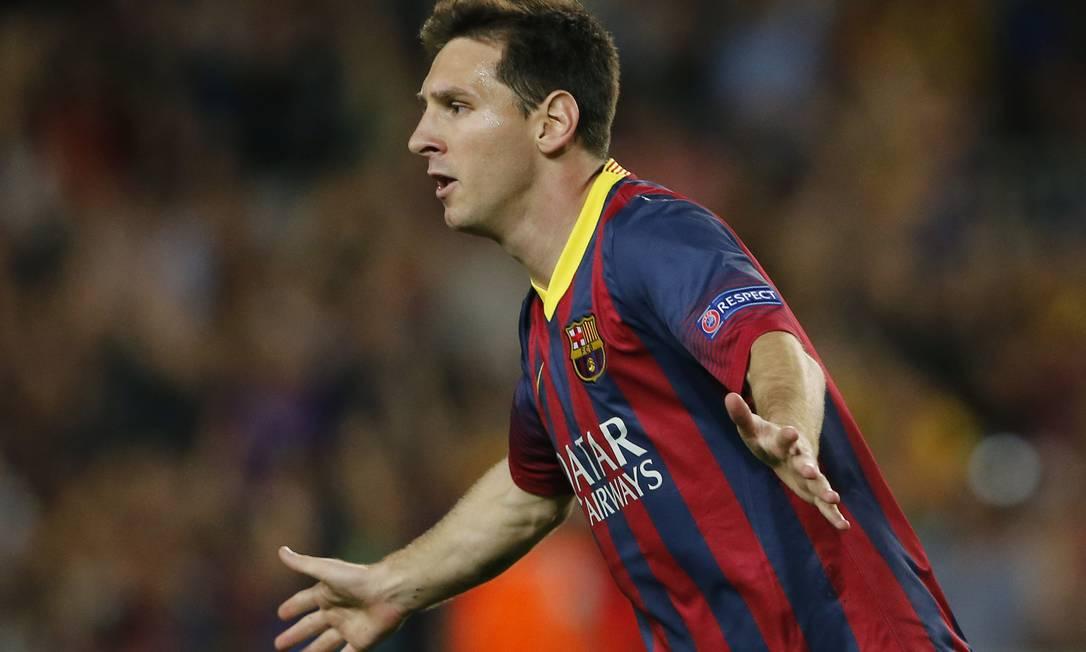 Messi comemora após abrir o placar, de falta, para o Barcelona contra o Ajax Foto: Emilio Morenatti / AP