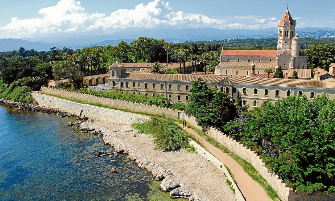 O mosteiro à beira mar da ilha de Saint-Honorat, uma bela surpresa perto de Cannes, na Riviera Francesa Foto: Bruno Agostini / O Globo