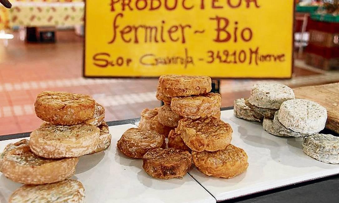 O mercado de Forville é um ótimo lugar em Cannes para encontrar delícias locais, como estes queijos de cabra Foto: Bruno Agostini / O Globo