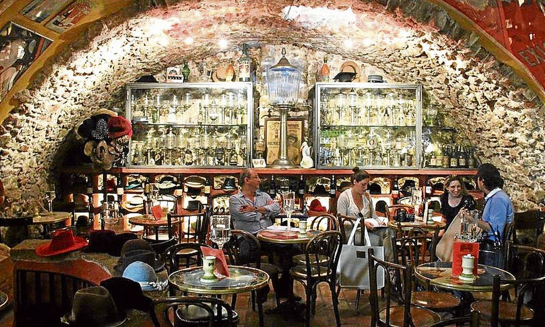 Na vizinha Antibes, o salão do bar dedicado ao absinto é um dos destaques Foto: Bruno Agostini / O Globo