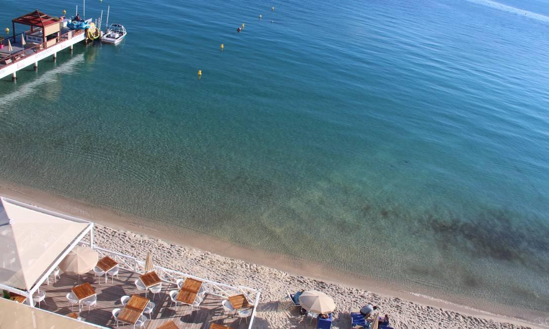 As águas calmas, claras e (relativamente) quentes de Antibes, às margens do Mar Mediterrâneo Foto: Bruno Agostini / O Globo