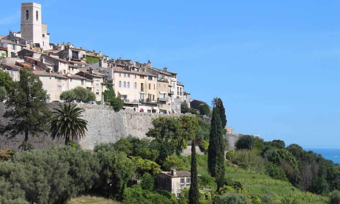 A cidadela medieval de St-Paul-de-Vence se impõe no alto de uma colina Foto: Bruno Agostini / O Globo