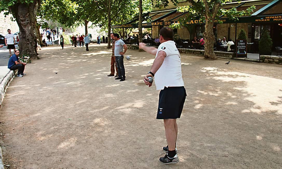 Na Place du Jeu de Boules, em St-Paul-de-Vence, os moradores jogam pétanque, um esporte que lembra a bocha Foto: Bruno Agostini / O Globo