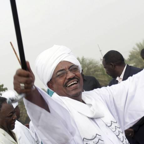 Omar al-Bashir cumprimenta partidários durante manifestação em 2010 Foto: Abd Raouf / AP