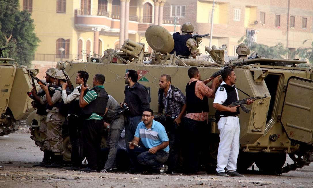 Forças de segurança egípcias tentam expulsar militantes islâmicos da cidade de Kerdasa, perto das pirâmides de Gizé Foto: Ahmed Gomaa / AP